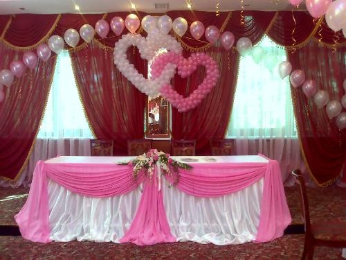 Почему именно украшение свадьбы шарами? Украшенная шарами свадьба, ничуть не уступает по оформлению свадьбам, украшенным другими элементами декора